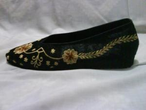 sepatu-bordir-bunga-hitam