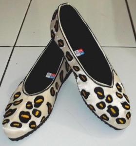 sepatu bordir motif tutul